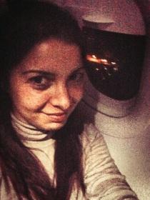 Lucie dans l'avion entre Chiang Mai et Koh Lanta en Thaïlande